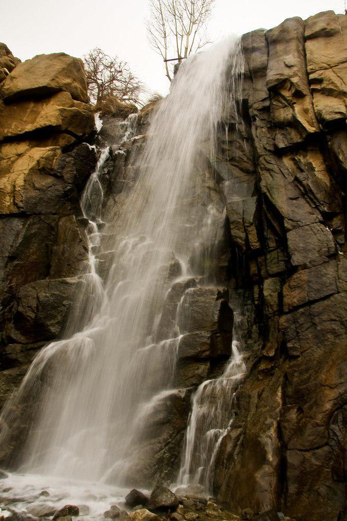 «همدان» آبشار زیبای گنجنامه
