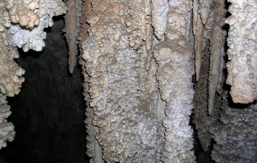 قندیلهای آهکی در غار مزدوران