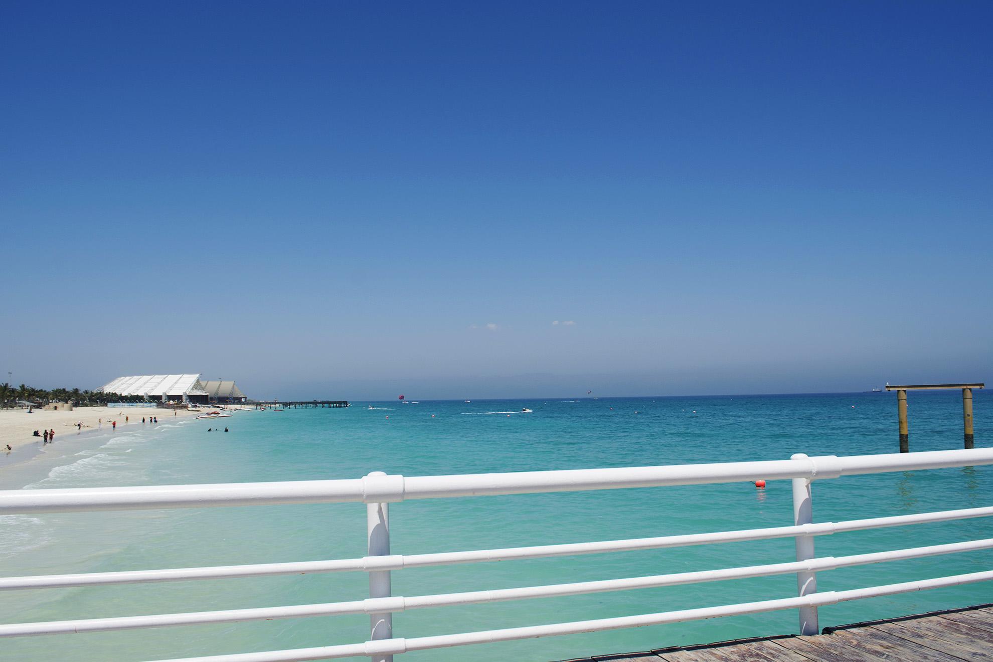 ساحل نقرهای کیش و آب زلال آن
