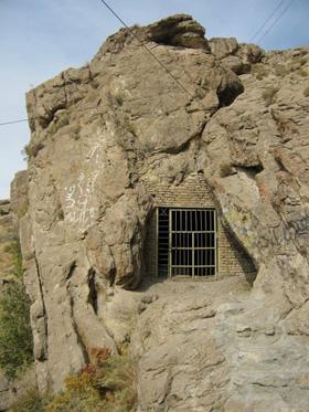 ورودی غار مزدوران