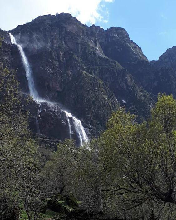 آبشار برنجه در روستای پیر امام در شول آباد از توابع الیگودرز