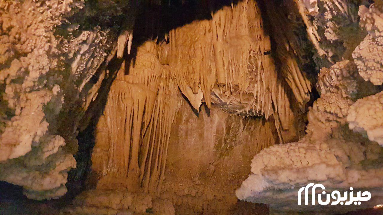 بافت دیوارهای غار که مربوط به دورههای مختلف زمینشناسی است