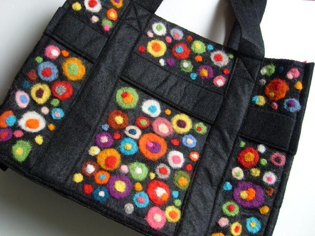 نمونه یک کیف ساخته شده به روش نمدمالی