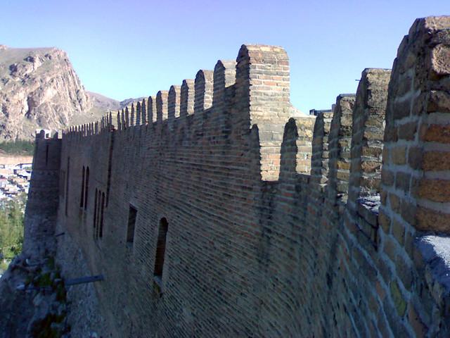 دیوار اطراف دژ با کنگرههای زیبایش