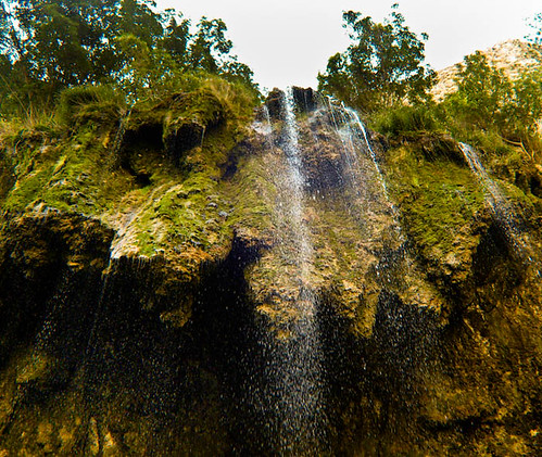 نمایی از یکی از آبشارهای کوچک اخلمد