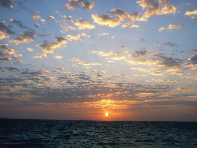 تماشای غروب آفتاب در کنار دریا یکی از جاذبههای کیش