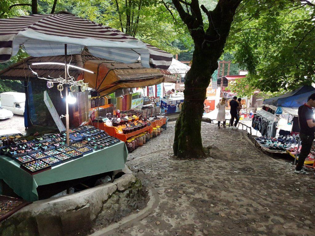 بازار صنایع دستی در قسمت پایینی پلههای قلعهرودخان