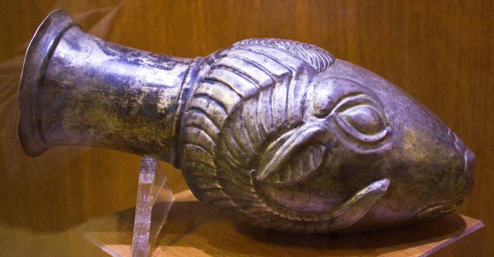 موزه هگمتانه همدان «کوزهای شبیه به سر قوچ»