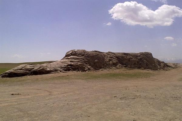 سنگ اژدها در روستای باباگرگر