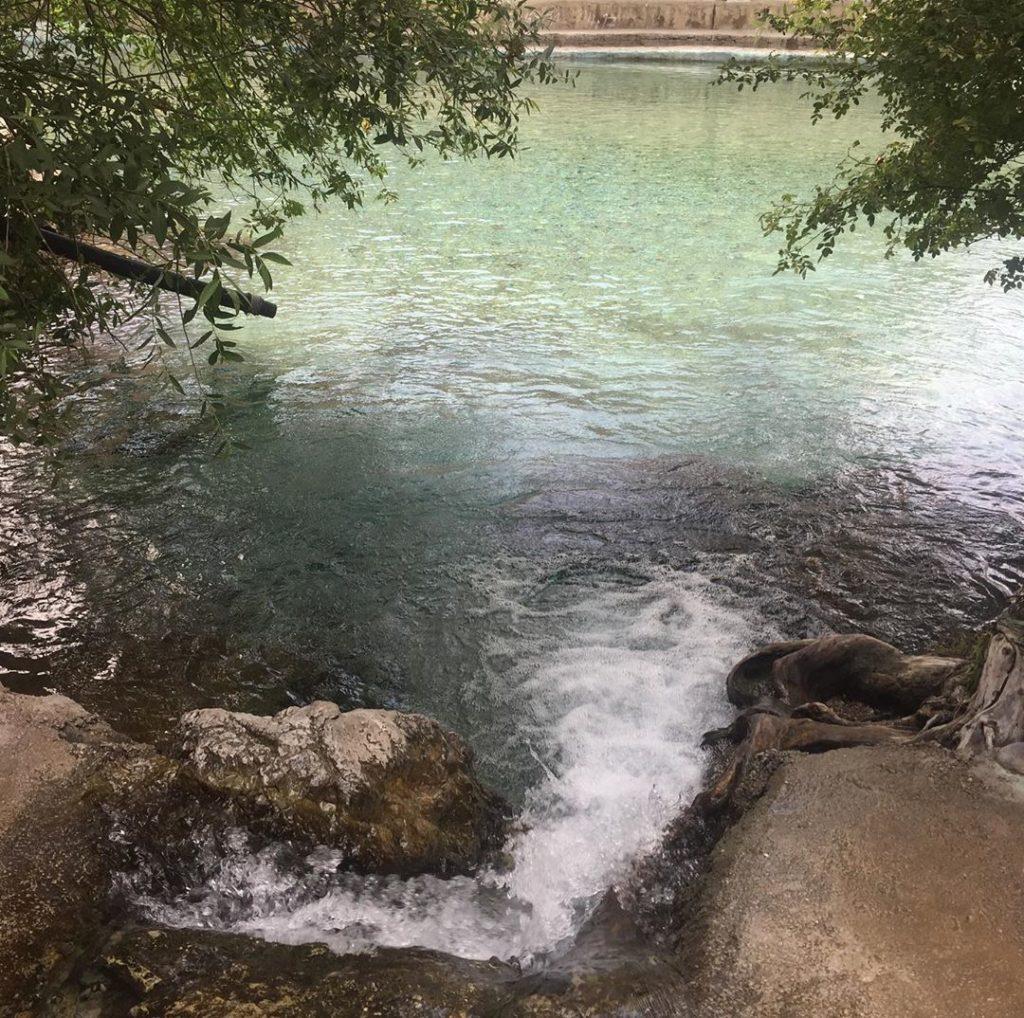 چشمه آب معدنی خمده در حوالی شهر فیروزکوه