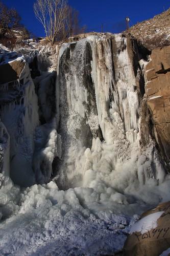 آبشار گنجنامه در زمستان