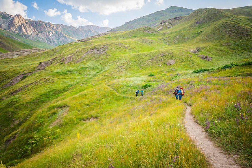 قله چمن، سبز و چشمنواز و دلنواز در حوالی روستای زشک