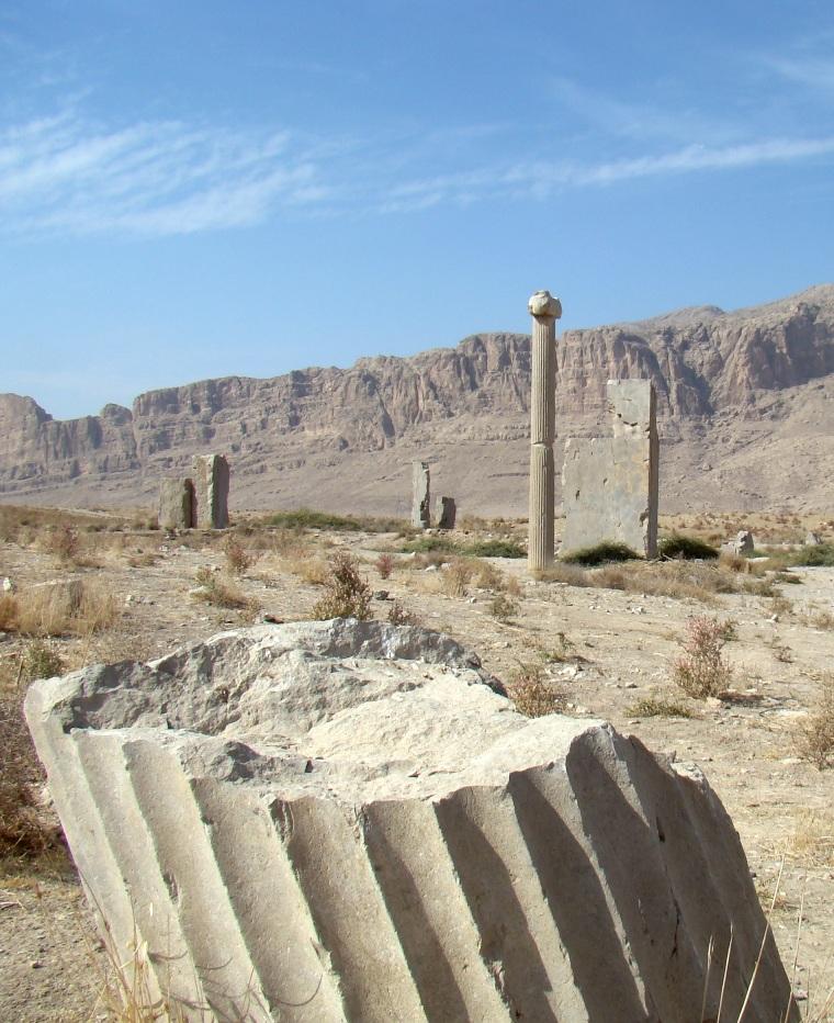 شهر باستانی استخر یا تخت طاووساثری باستانی در محدودۀ شهر مرودشت در حوالی شهر بزرگ شیراز