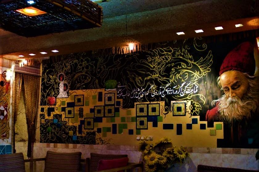 طعم بینظیر غذاهای سنتی و اصیل ایرانی در فضایی منحصر به فرد و چشمنواز در رستوران سنتی ترنج در شهر مشهد