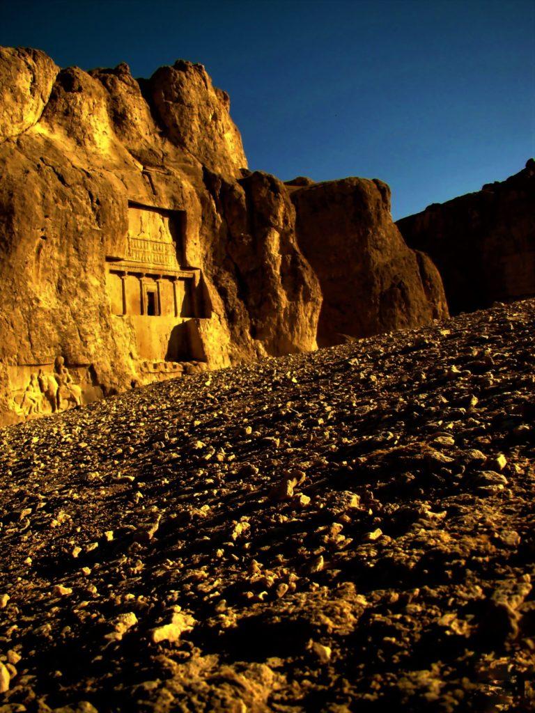 نقش رستم، بنایی ماندگار از ایران باستان در محدودۀ شهر مرودشت در حوالی شهر شیراز