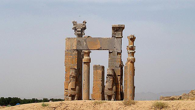 تخت جمشی در محدودۀ شهر مرودشت در حوالی شهر بزرگ شیراز، جاذبهای باستانی و حیرتبرانگیز