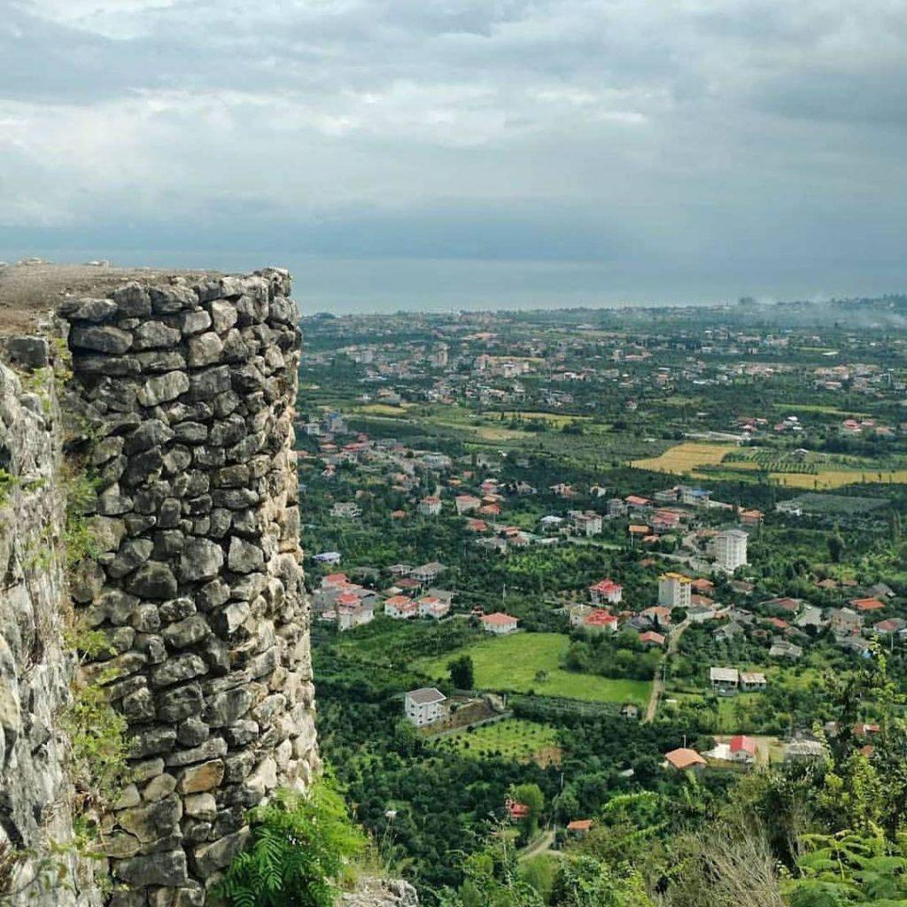 نمایی از قلعه مارکوه و شهر رامسر از بالای کوه مارکوه